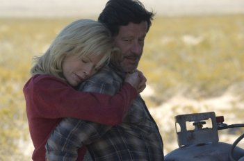 Kim Basinger e Joaquim de Almeida in una scena del film The Burning Plain