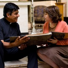 George Lopez e Adriana Barraza in una scena del film Henry Poole is Here