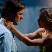 Luke WIlson e Radha Mitchell in una sequenza del film Henry Poole is Here