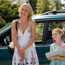 Radha Mitchell e Morgan Lily in una scena del film Henry Poole is Here