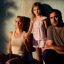 Radha Mitchell, Morgan Lily e Luke WIlson in una scena del film Henry Poole is Here