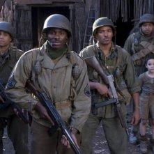 Michael Ealy, Derek Luke, Laz Alonso, Omar Benson Miller e Matteo Sciabordi in una scena del film Miracolo a S. Anna