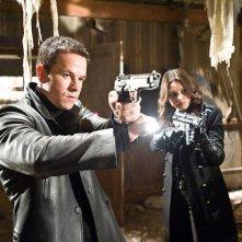 Mark Wahlberg e Mila Kunis in una scena del film Max Payne
