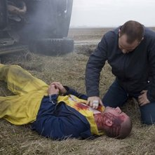 Dominic Purcell insieme a Paul Adelstein che interpreta Paul Kellerman nella serie Prison Break, episodio: La chiave