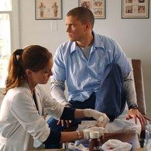 La Dottoressa Tancredi, interpretata da Sarah Wayne Callies, si prende cura di Michael Scofield, ritratto da Wentworth Miller, nell'episodio 'Gioco di destrezza' della serie Prison Break