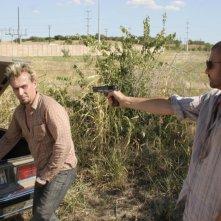 Robert Knepper insieme a Dominic Purcell in un momento dell'episodio 'In ordine sparso' della serie Prison Break