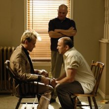 Robert Knepper insieme a Wade Williams e Matt DeCaro in una scena dell'episodio 'Dissotterrato' della serie Prison Break