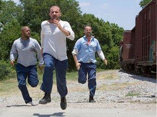 Rockmond Dunbar, Dominic Purcell e Peter Stormare in una scena dell'episodio 'Caccia all'uomo' della serie Prison Break