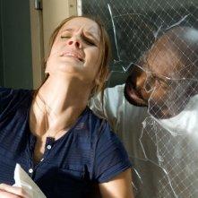 Sarah Wayne Callies nel ruolo della Dottoressa Tancredi, in una scena drammatica dell'episodio 'Rivolta nel braccio A' della serie Prison Break