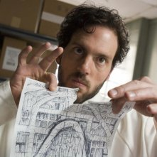 Silas Weir Mitchell nel ruolo di Haywire mentre minaccia di distruggere i disegni necessari alla fuga nell'episodio 'Gioco d'azzardo' della serie Prison Break