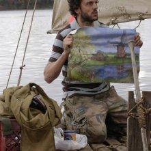 Silas Weir Mitchell, nel ruolo di Haywire, qui mentre costruisce la sua zattera per il viaggio in Olanda, nell'episodio Il messaggio, della serie Prison Break