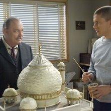 Stacy Keach, nel ruolo del Direttore Pope, insieme a Wentworth Miller nell'episodio 'Conto alla rovescia' della serie Prison Break