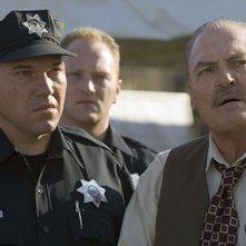 Wade Williams nel ruolo del perfido Brad Bellick e Stacy Keach nei panni di Henry Pope, nella serie Prison Break, episodio: L'inizio della fine