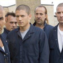Wentworth Miller, Dominic Purcell, Amaury Nolasco, Robert Knepper e Peter Stormare nell'episodio 'Nuovi arrivi' della serie Prison Break