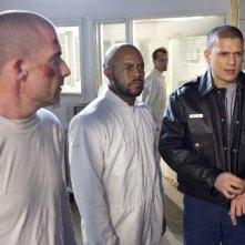 Wentworth Miller, Dominic Purcell e Rockmond Dunbar insieme ad altri membri del cast durante la fuga dal carcere nell'episodio 'Ci siamo!' della serie Prison Break