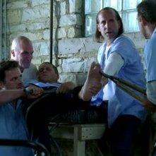 Wentworth Miller e Peter Stormare insieme ad altri membri del cast in una scena ad alta tensione dell'episodio 'Da che parte stai?' della serie Prison Break