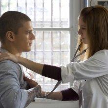 Wentworth Miller e Sarah Wayne Callies in un raro momento di romanticismo nella serie Prison Break, episodio: Uno di troppo