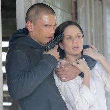 Wentworth Miller e Sarah Wayne Callies in una scena d'azione dell'episodio 'Corsi e ricorsi' della serie Prison Break