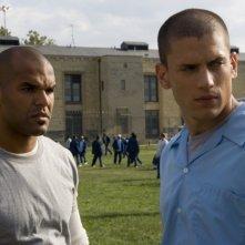Wentworth Miller insieme a Amaury Nolasco che interpreta Fernando Sucre nella serie Prison Break, episodio: Progetto giustizia