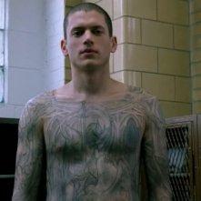 Wentworth Miller, nel rulo di Michael Scofield, mostra per la prima volta la mappa nascosta nei suoi tatuaggi nell'episodio 'Fratelli' della serie Prison Break
