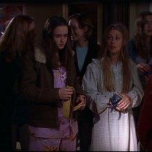 Alexis Bledel e Liza Weil insieme ad altri membri del cast nell'episodio 'Tale madre, tale figlia' della serie tv Una mamma per amica