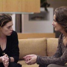 Anne Hathaway e Rosemarie Dewitt in una sequenza del film Rachel Getting Married