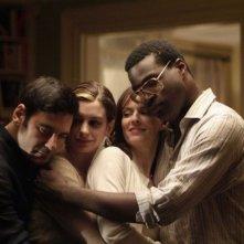 Anne Hathaway, Rosemarie Dewitt e Tunde Adebimpe in una scena del film Rachel Getting Married