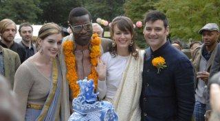 Anne Hathaway, Tunde Adebimpe e Rosemarie Dewitt in una sequenza di Rachel Getting Married