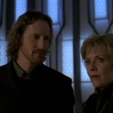 Christopher Heyerdahl insieme a Amanda Tapping in una scena dell'episodio 'Revisioni' della serie tv Stargate SG-1