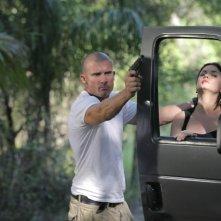 Dominic Purcell in una scena d'azione insieme a Jodi Lyn O'Keefe, nell'episodio 'Lora X' della serie Prison Break