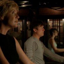 In primo piano Amanda Tapping, a seguire Corin Nemec e in fondo Emily Holmes nell'episodio 'Disastro imminente' della serie Starate SG-1