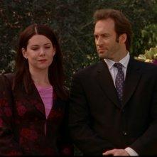 Lauren Graham e Scott Patterson: Lorelai e Luke al funerale dello zio di quest'ultimo nell'episodio 'Un matirmonio e un funerale' della serie Una mamma per amica