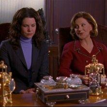 Lauren Graham insieme a Kelly Bishop: Lorelai cerca di ottenere un prestito dalla banca nell'episodio 'Il Rovescio della Medaglia' della serie Una mamma per amica