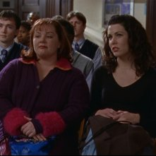 Lauren Graham insieme a Melissa McCarthy assistono a un dibattito di Rory nell'episodio 'Poteva essere tutto diverso' nella serie Una mamma per amica