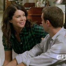 Lauren Graham insieme (di spalle) a David Sutcliffe in un momento dell'episodio 'Emergenza cipolline' della serie Una mamma per amica