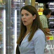 Lorelai, interpretata da Lauren Graham, ha appena visto Luke al supermercato nell'episodio 'I risultati dell'amore' della serie Una mamma per amica