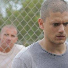 Michael, ritratto da Wentworth Miller, riceve cattive notizie da suo fratello, interrpetato da Dominic Purcell, nell'episodio 'Photofinish' della serie Prison Break