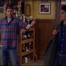Scott Patterson da il benvenuto a Milo Ventimiglia che, nella serie Una mamma per amica, interpreta suo nipote Jess, episodio: Lo zio Luke