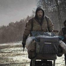 Viggo Mortensen e Kodi Smit-McPhee in una scena del film The Road