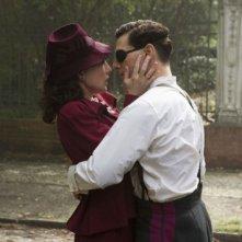 Carice van Houten e Tom Cruise in una scena del film Valkyrie