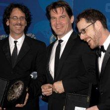DGA 2008: Joel e Ethan Coen festeggiano con Josh Brolin la vittoria per la miglior regia