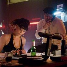 Gemma Arterton e Jeremy Piven in una scena del film Rocknrolla