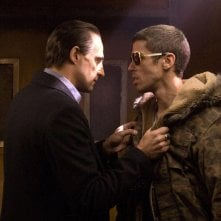 Mark Strong e Toby Kebbell in una sequenza del film Rocknrolla