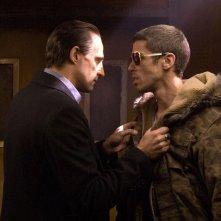 Mark Strong e Toby Kebbell in una sequenza del film Rocknrolla