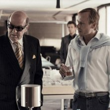 Tom Wilkinson e Karel Roden in una scena del film Rocknrolla
