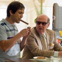 Jimi Mistry e Tom Wilkinson in una scena del film Rocknrolla