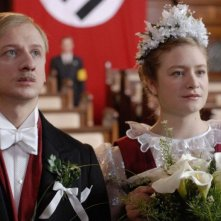 Ivan Barnev e Julia Jentsch in una scena del film I Served The King of England