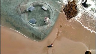 L'astronave aliena ritrovata sulle coste Africane; sulla sua superficie sono incisi il Corano e la Bibbia