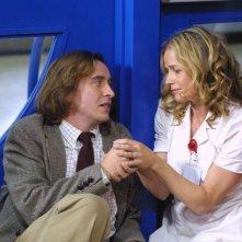 Steve Coogan ed Elisabeth Shue in una scena del film Hamlet 2