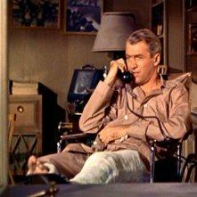 James Stewart al telefono in una scena di La finestra sul cortile